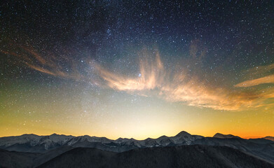 Photo sur Plexiglas Gris traffic Amazing night mountain landscape with high peaks and bright starry sky above.