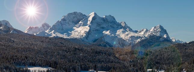 Wettersteinmassiv mit Gipfel von Zugspitze und Alpspitze