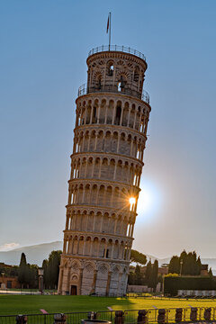 Morgensonne am schiefen Turm von Pisa in der Toskana, Italien