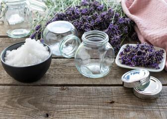Zutaten für ein aromatisches, duftendes Badesalz aus Lavendel in Schraubgläsern.