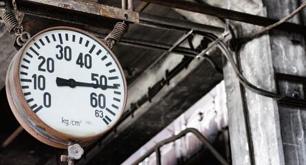 Dampfmanometer in einer alten Fabrikhalle
