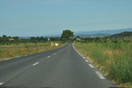 En roulant, route départementale rectiligne dans l'Aude, Languedoc, Occitanie, France.