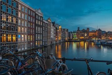 Damrak in Amsterdam am Abend