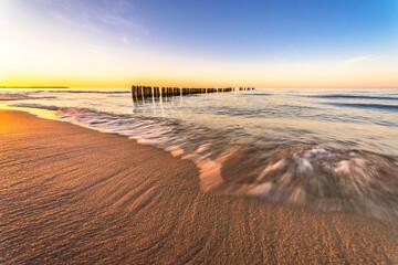 Fala na morzu o zachodzie słońca