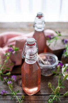 frischer, blumiger Lavendelsirup in Einweckflaschen abgefüllt mit unscharfem Hintergrund