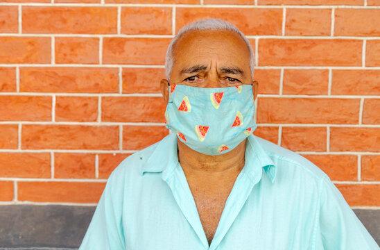 Homem aposentado usa máscara de proteção contra coronavírus, em Guarani, Minas Gerais