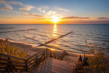 Fototapeta Zachód słońca nad molo nad morzem obraz