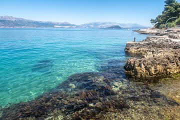 piękna kamienista plaża w chorwacji, dalmacja morze adriatyckie