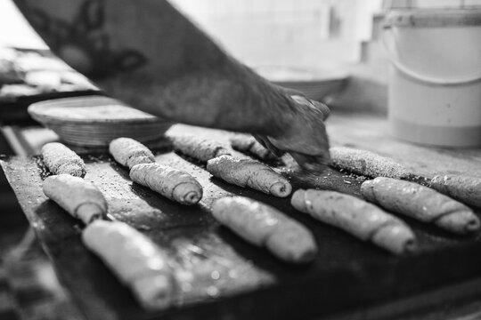 Bäcker beim Backwerk rollen