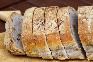 Ciabbatta Brot mit eingebackenen Walnusskernen