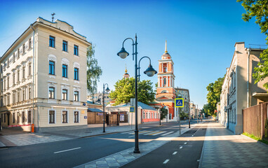 Ancient and modern buildings and the Trinity Church on Pyatnitskaya Street in Moscow Fototapete