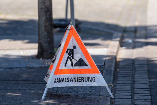 Warndreieck , Aufsteller mit der Aufschrift Kanalsanierung