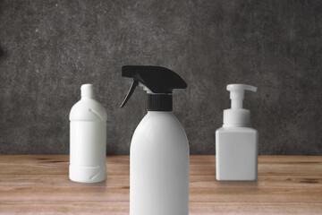 シンプルなハンドソープの白いディスペンサーボトルの除菌グッズ