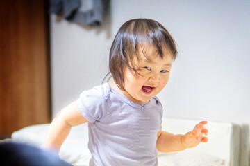 はしゃぐ無邪気な日本人の子ども