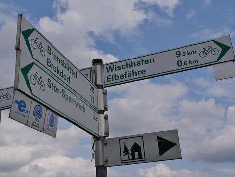 Wegweiser am Radweg zwischen Glücksstadt und Brokdorf