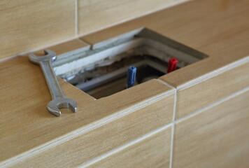 Fototapeta Klucz płaski obok otwartej spłuczki do zabudowy w łazience