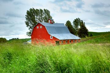 A red barn on a farm in the Palose region of eastern washington.