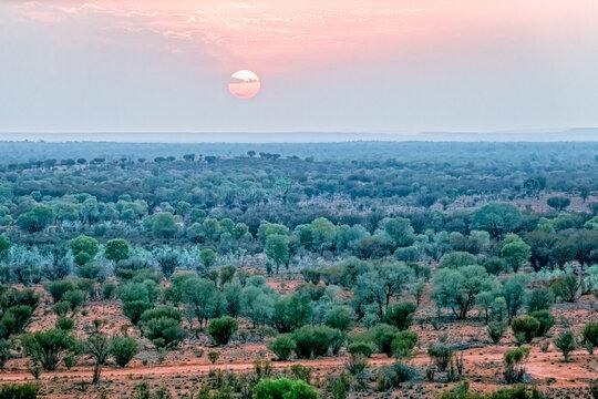 Luftaufnahme vom Sonnenaufgang im  Outback bei Alice Springs im Northern Territory Australien