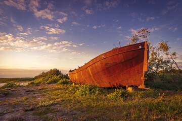 Papiers peints Naufrage Lonely rusty ship lies deserted on the shore.