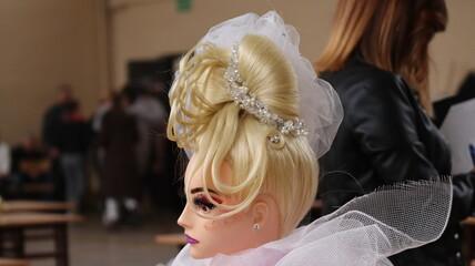 Damska fryzura ślubna