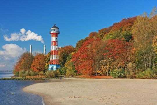 Herbst an der Elbe bei Hamburg mit dem Leuchtturm Wittenbergen am Elbstrand Wittenbergen im Hamburger Stadteil Rissen.