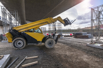 Telescopic elevator in the construction works of an overpass