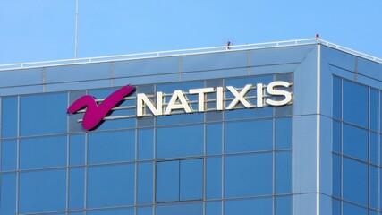 Enseigne de la banque Natixis au sommet d'un immeuble de bureaux à Paris – juillet 2020 (France)