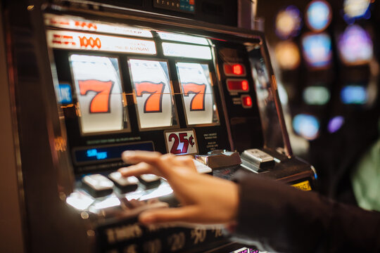 Casino slot machine with triple seven jackpot