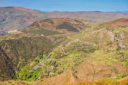 Vista de los valles y montañas de la sierra de o courel en lugo, galicia, españa