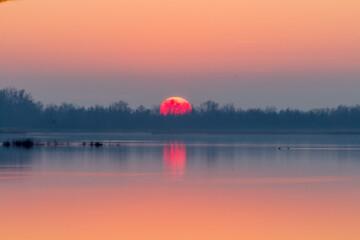 Zachodzi słońce nad jeziorem