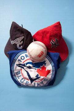 Blue Jays shirt, Braves and Yankees caps