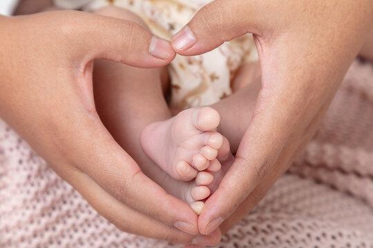 Kinder Fuß mit Hand Herz Symbol