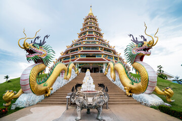 Foto op Canvas Historisch mon. Golden dragons and beautiful temple
