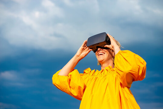 Frau mit VR - Brille