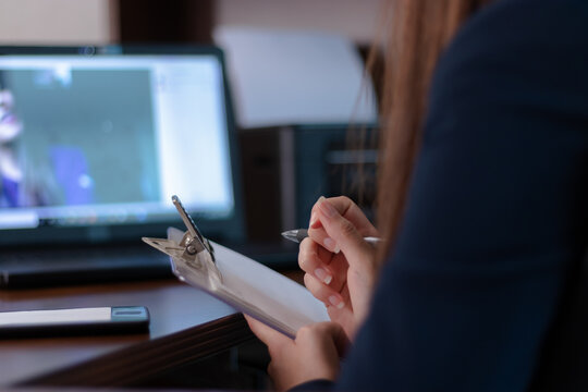 Writing notes in an online therapy with a psychologist