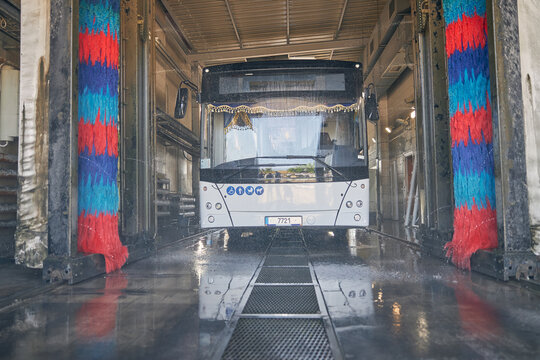 Big bus being at point for car wash