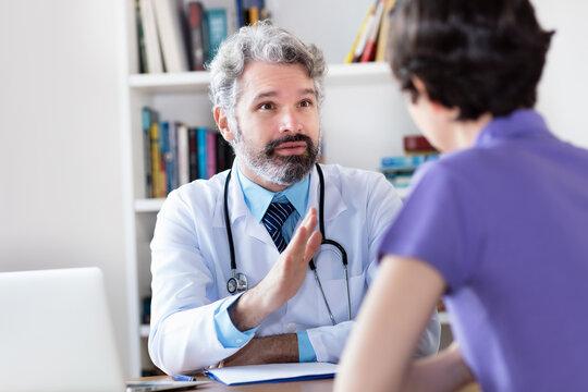 Hausarzt warnt Patientin vor ungesundem Verhalten