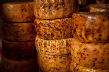Pecorino – ser podpuszczkowy, otrzymywany z owczego mleka, dojrzewający, twardy, lekko pikantny, pochodzący z Włoch.