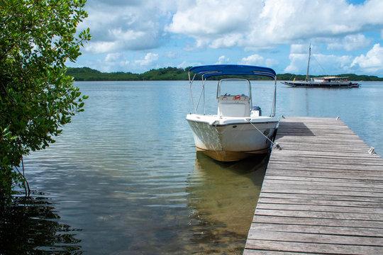 Bateau amarré sur un quai, Guadeloupe