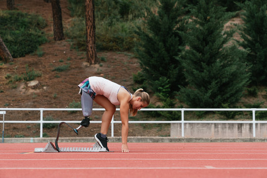 runner with an artificial leg in a starting position
