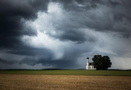 bedrohliche wolkenstimmung mit kirch