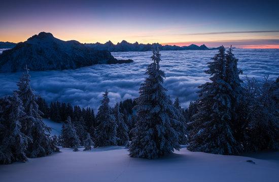 Nebelmeer in der Dämmerung in den Alpen