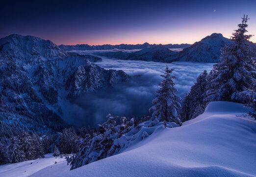 verschneite Berglandschaft in der Abenddämmerung