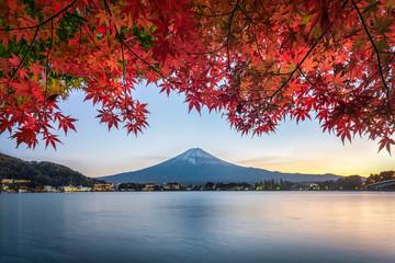 Deurstickers Rood paars Mount Fuji in autumn, Lake Kawaguchiko, Japan