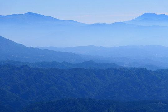 中部山岳国立公園、秋の八方尾根より御嶽山を望む。白馬、長野、日本。10月上旬。