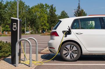Parkplatz mit Ladesäule für Elektroautos
