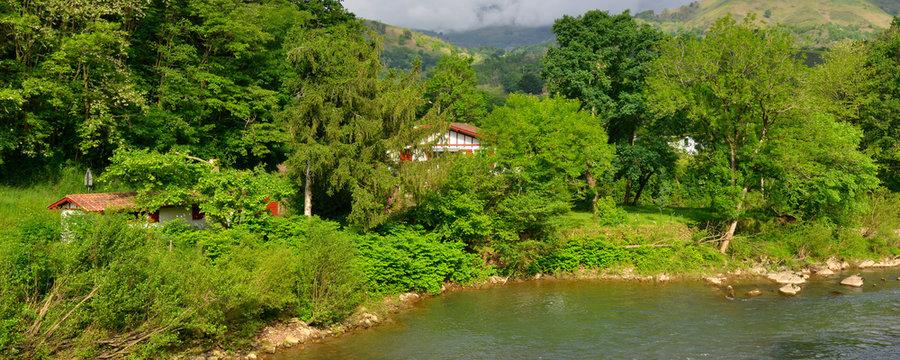 Panoramique Bidarray (64780) et sa nature au bord de la Nive, en Pays Basque, Pyrénées-Atlantiques en Nouvelle-Aquitaine
