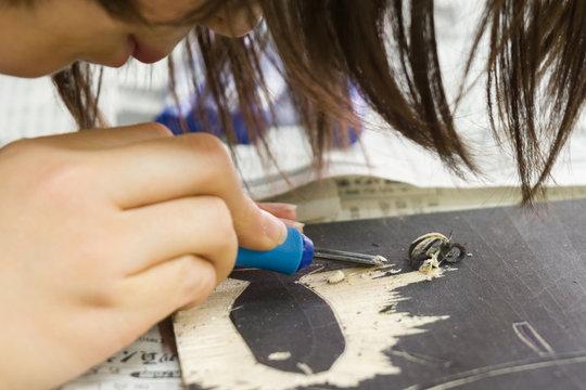 絵画教室で制作に励む子供たちの手