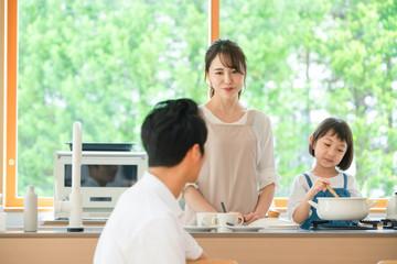 料理する親子 子育てイメージ