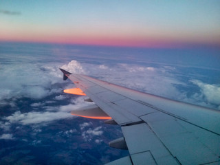 Skrzydło samolotu o wschodzie słońca Fotobehang